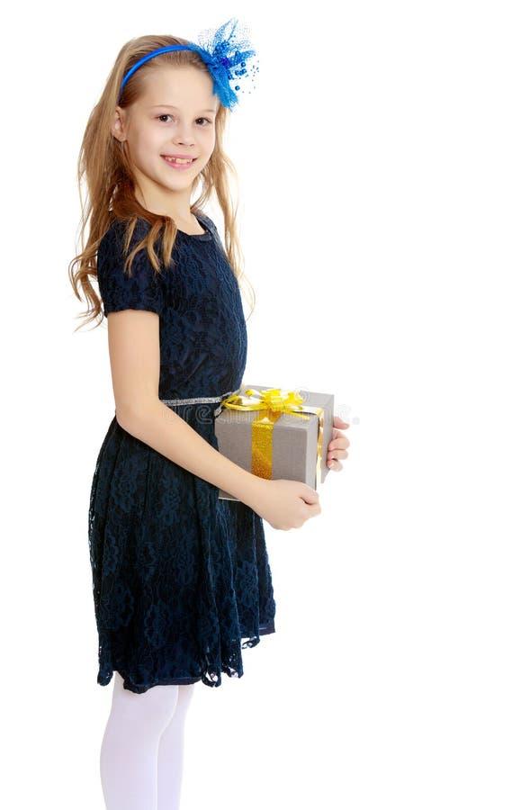 Leuk meisje met een in hand gift royalty-vrije stock afbeelding