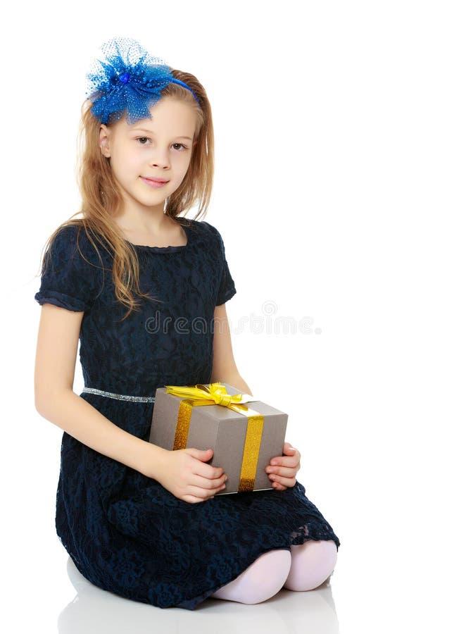 Leuk meisje met een in hand gift stock foto