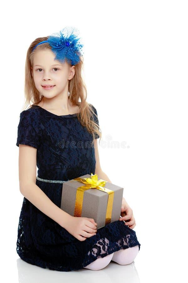 Leuk meisje met een in hand gift stock afbeelding