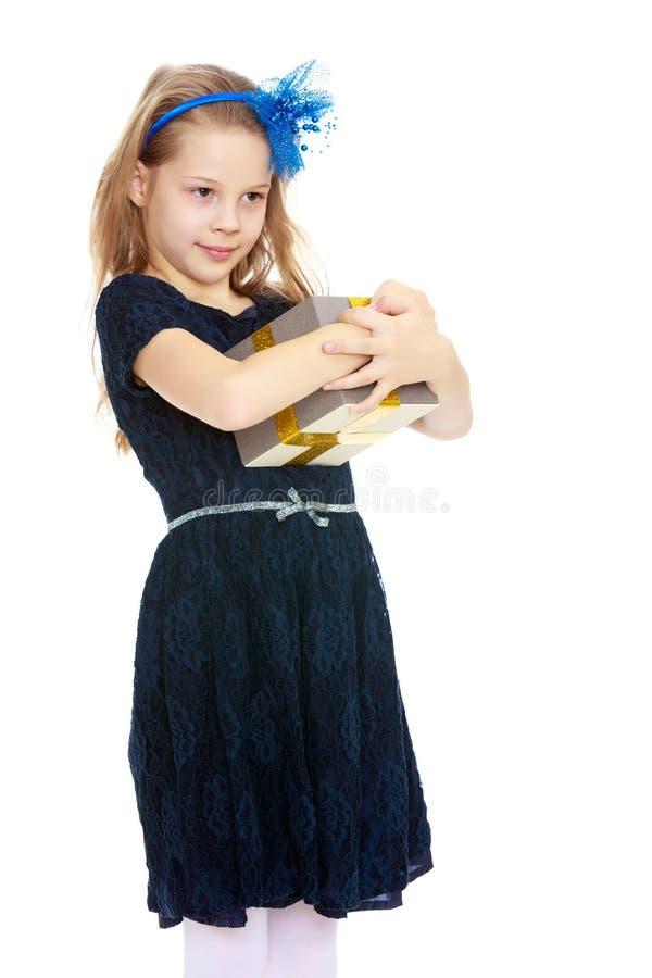 Leuk meisje met een in hand gift royalty-vrije stock fotografie