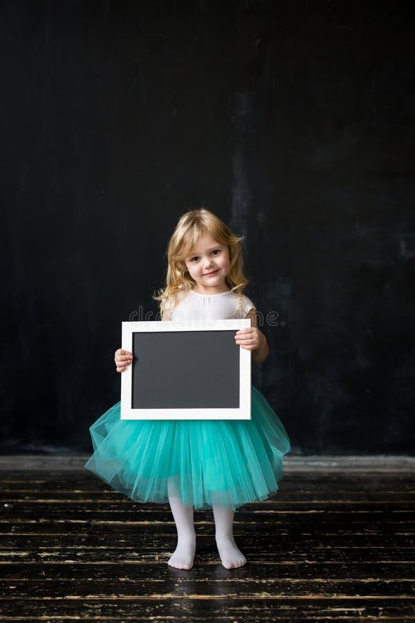 Leuk meisje met een kader in haar handen royalty-vrije stock fotografie