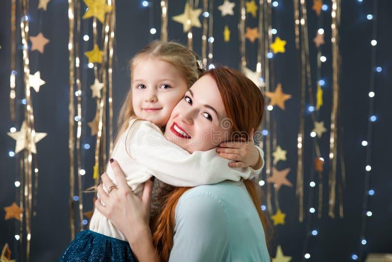 Leuk meisje met een mamma die een heden houden royalty-vrije stock afbeelding