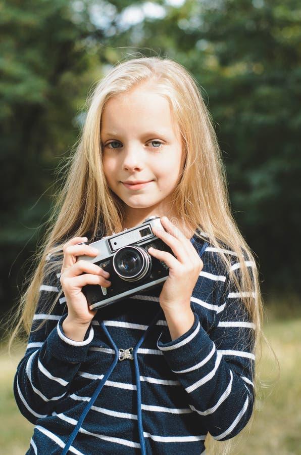 Leuk meisje met een uitstekende afstandsmetercamera stock foto's