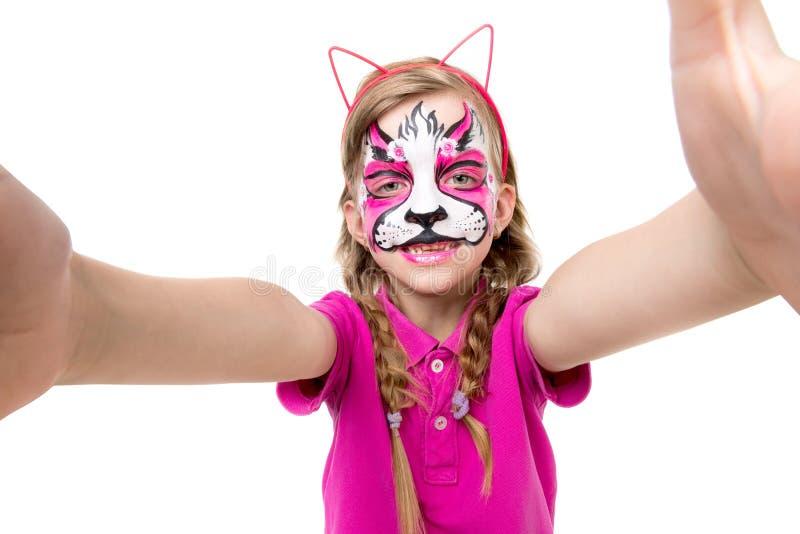 Leuk meisje met geschilderd masker op gezicht die selfie maken royalty-vrije stock foto's