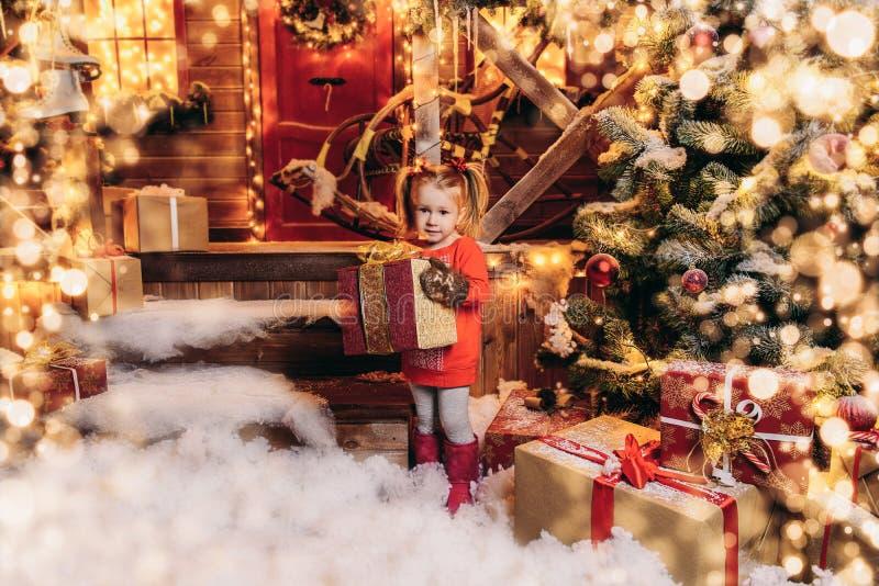 Leuk meisje met gift-waterverf stock foto