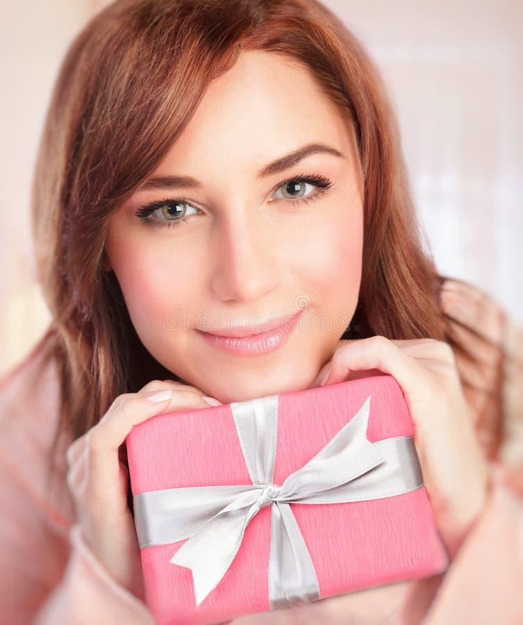 Leuk meisje met giftdoos royalty-vrije stock afbeelding