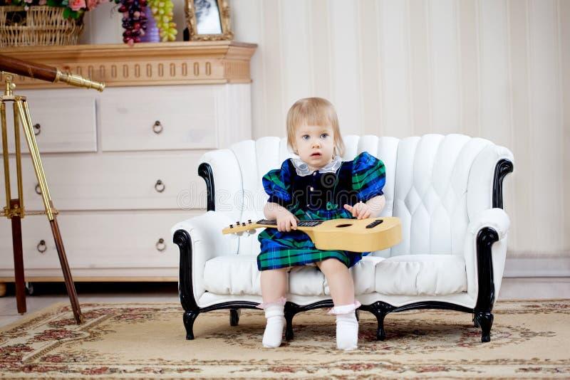 Leuk meisje met gitaar stock foto's