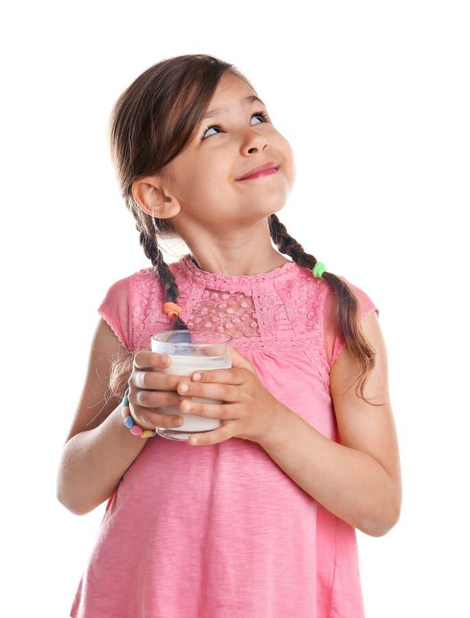 Leuk meisje met glas melk stock afbeelding