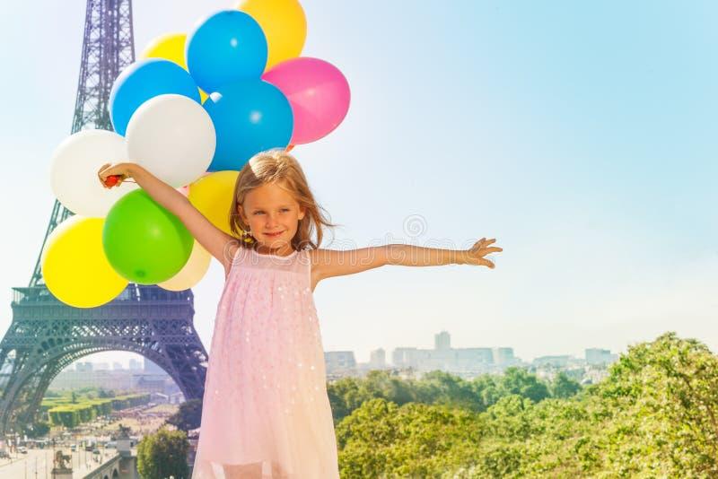 Leuk meisje met kleurrijke ballons in Parijs royalty-vrije stock afbeelding