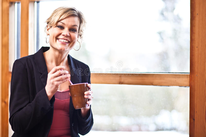 Leuk meisje met koffiekop stock foto's