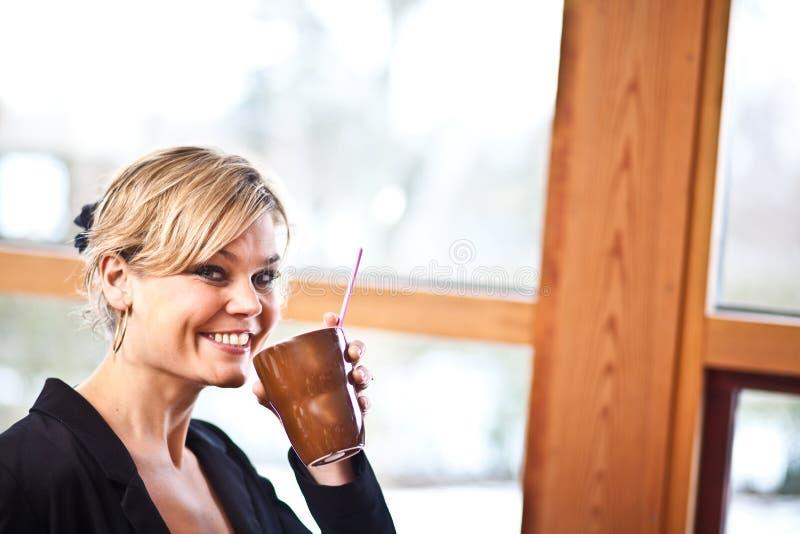 Leuk meisje met koffiekop stock foto