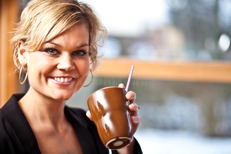 Leuk meisje met koffiekop stock afbeelding