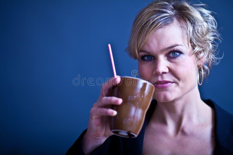 Leuk meisje met koffiekop stock fotografie