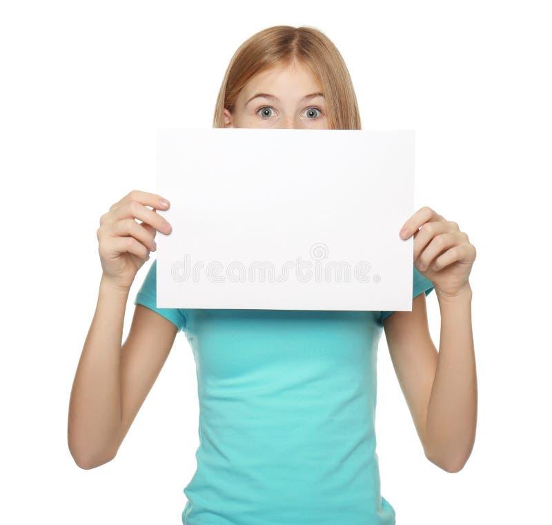 Leuk meisje met leeg blad van document voor reclame stock afbeelding