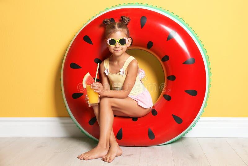 Leuk meisje met opblaasbaar ring en glas royalty-vrije stock fotografie