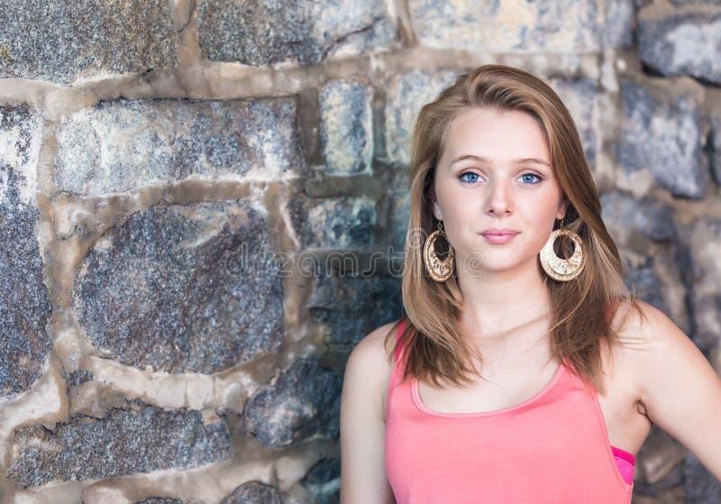 Leuk meisje met oude steenmuur op achtergrond royalty-vrije stock afbeelding