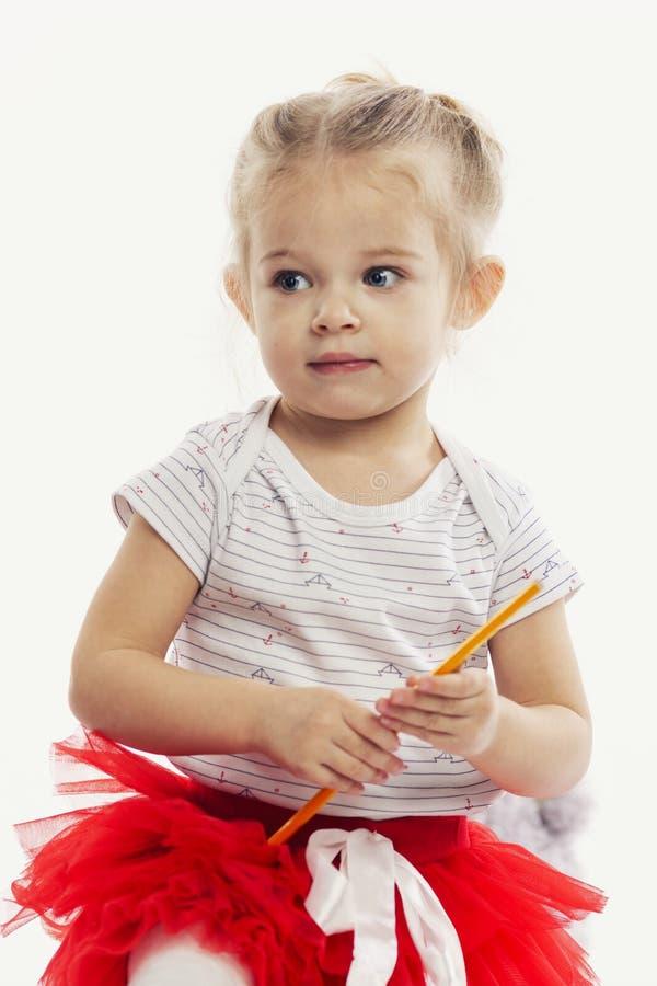 Leuk meisje met potloden voor tekening in handen Witte achtergrond stock foto