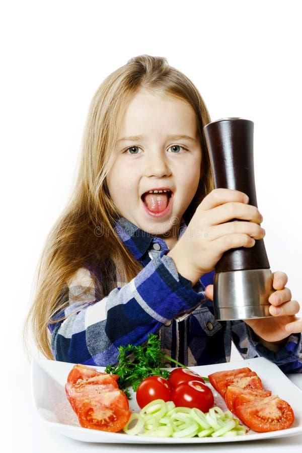 Leuk meisje met salade en peperdoos royalty-vrije stock foto