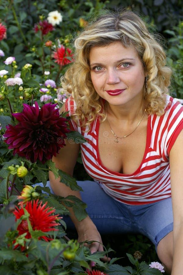 Leuk meisje met schitterende dahliabloem stock foto's