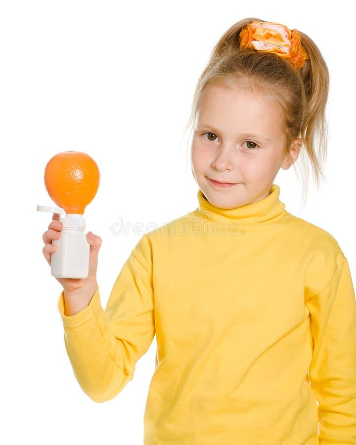 Download Leuk Meisje Met Sinaasappel En Fles Stock Afbeelding - Afbeelding bestaande uit vers, fruit: 29503305