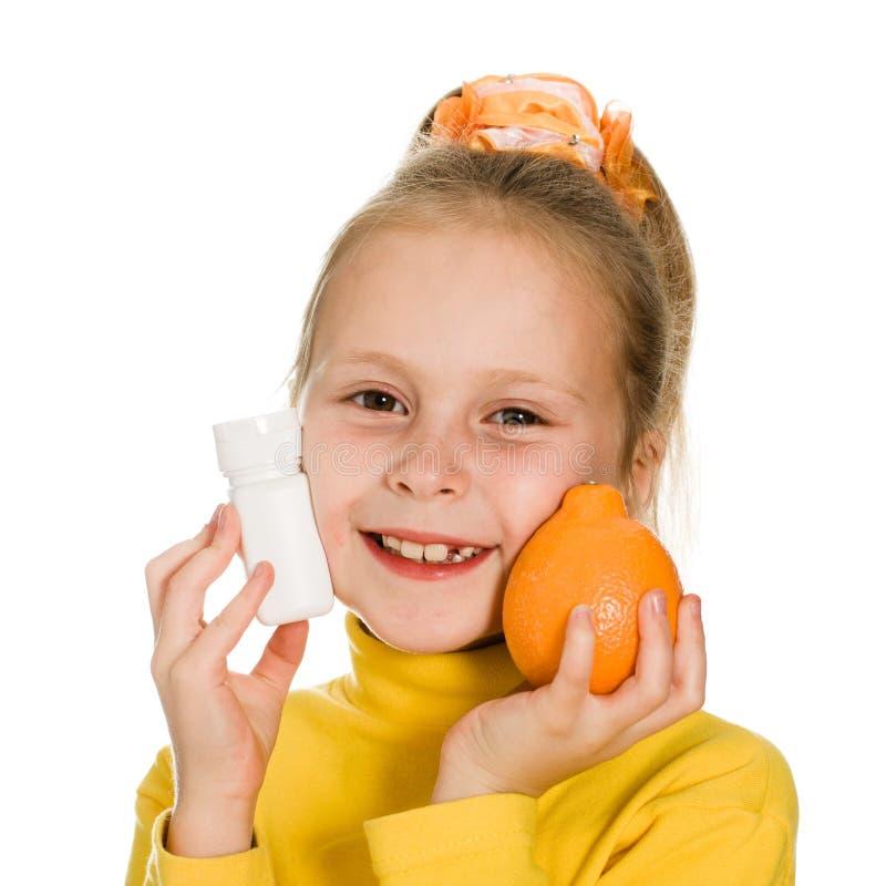 Download Leuk Meisje Met Sinaasappel En Fles Stock Afbeelding - Afbeelding bestaande uit vers, concept: 29503333