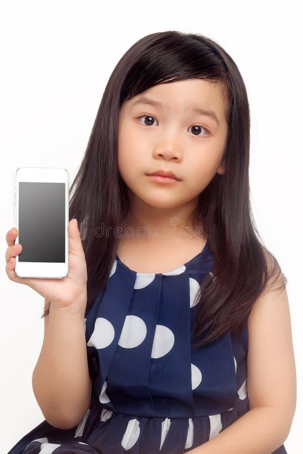 Leuk meisje met slimme telefoon royalty-vrije stock afbeelding