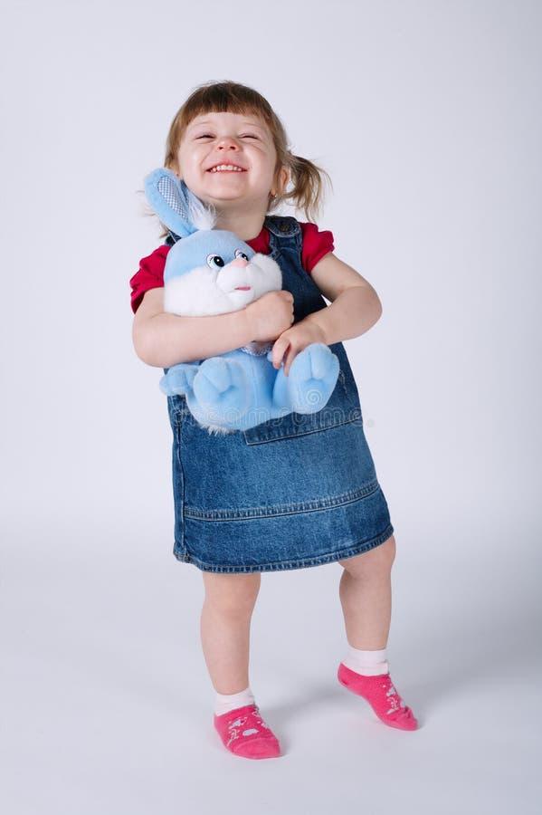 Leuk meisje met stuk speelgoed konijn royalty-vrije stock afbeelding
