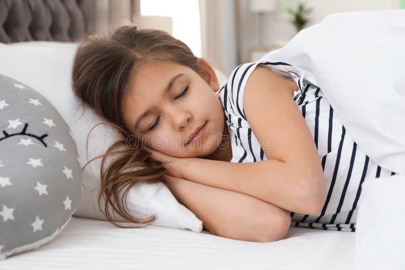 Leuk meisje met stuk speelgoed slaap stock fotografie
