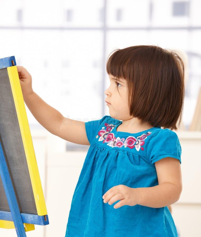 Leuk meisje met tekenbord royalty-vrije stock afbeeldingen