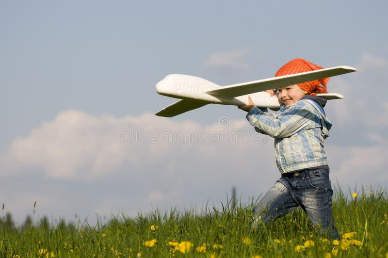 Leuk meisje met vliegtuig royalty-vrije stock afbeelding