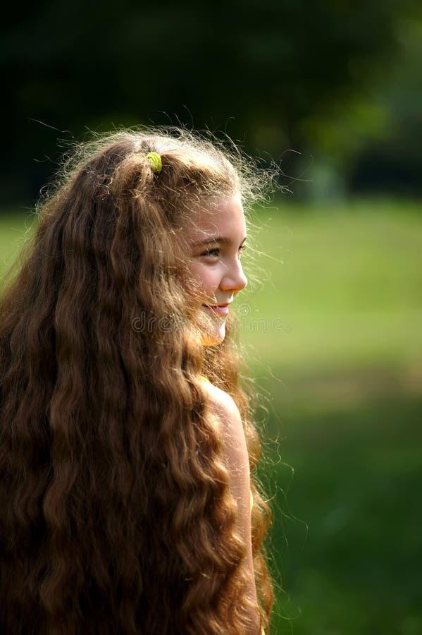 Leuk meisje met zeer lang haar royalty-vrije stock fotografie