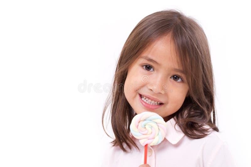 Leuk meisje met zoete kleurrijke heemst royalty-vrije stock afbeelding