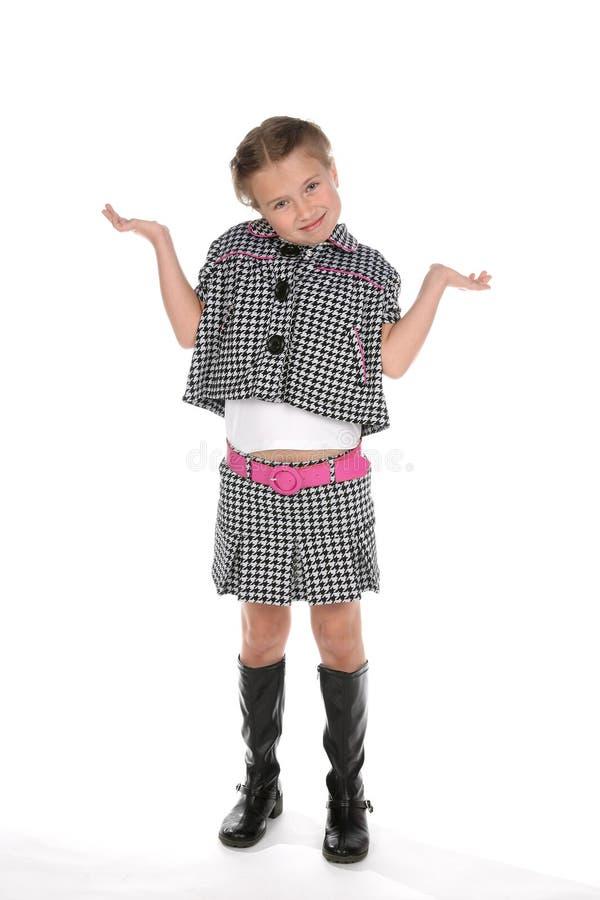 Leuk meisje in modieuze uitrusting met wapens omhoog en uit stock afbeeldingen