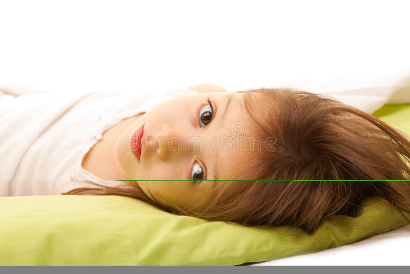 Leuk meisje op bed in de ochtend stock afbeelding