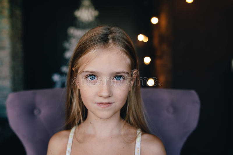 Leuk meisje op de achtergrond van Kerstmisdecoratie stock foto's