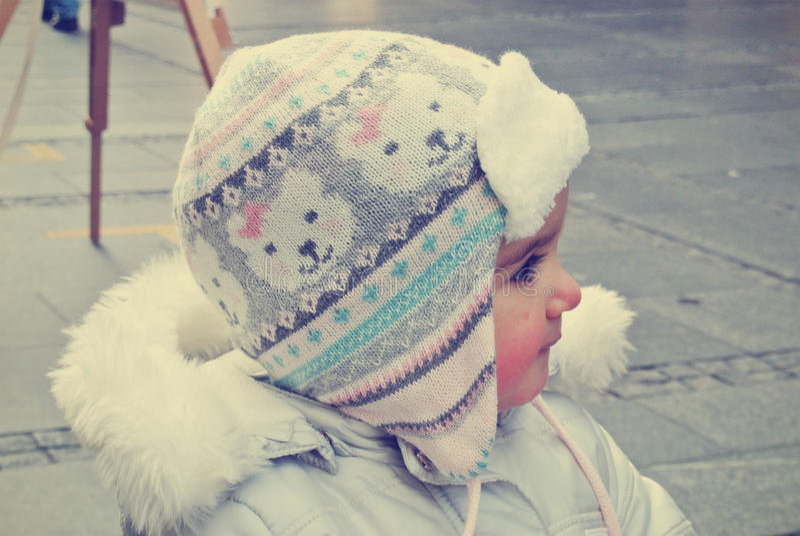 Leuk meisje op de straat in de winter; retro Instagram-stijl royalty-vrije stock afbeelding