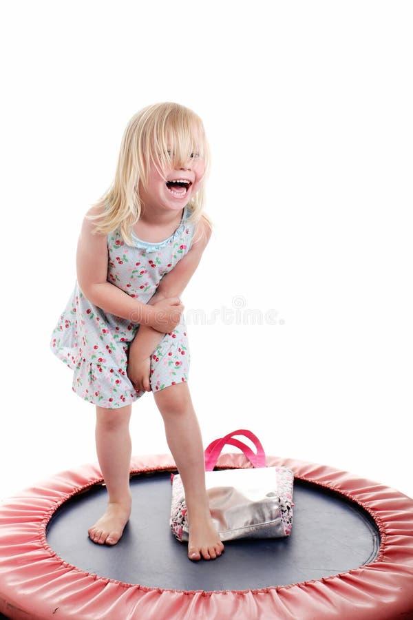 Leuk meisje op een trampoline stock fotografie