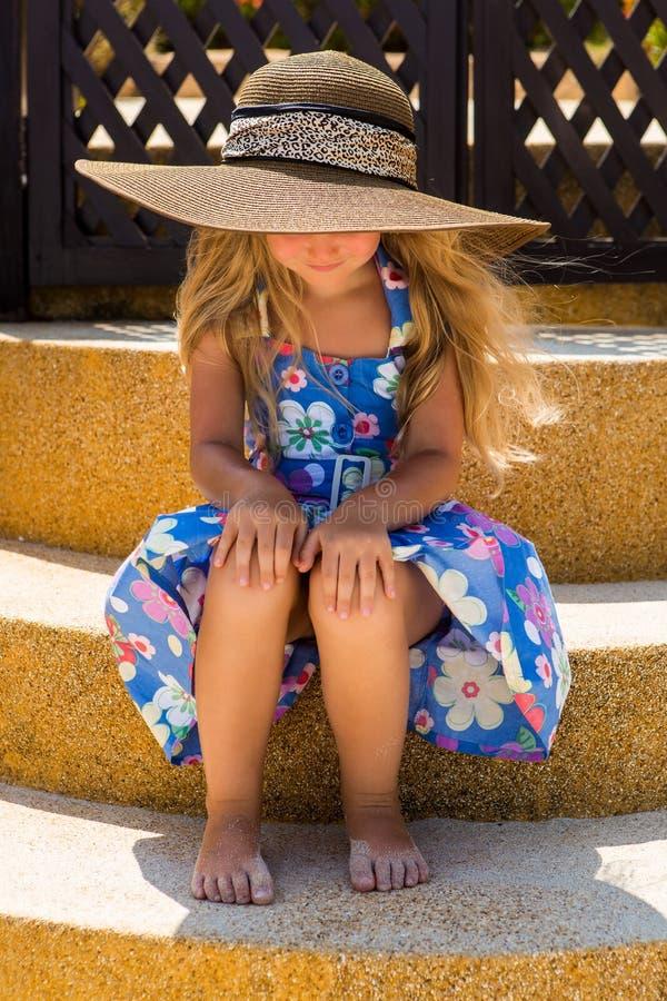 Leuk meisje op het strand stock afbeelding