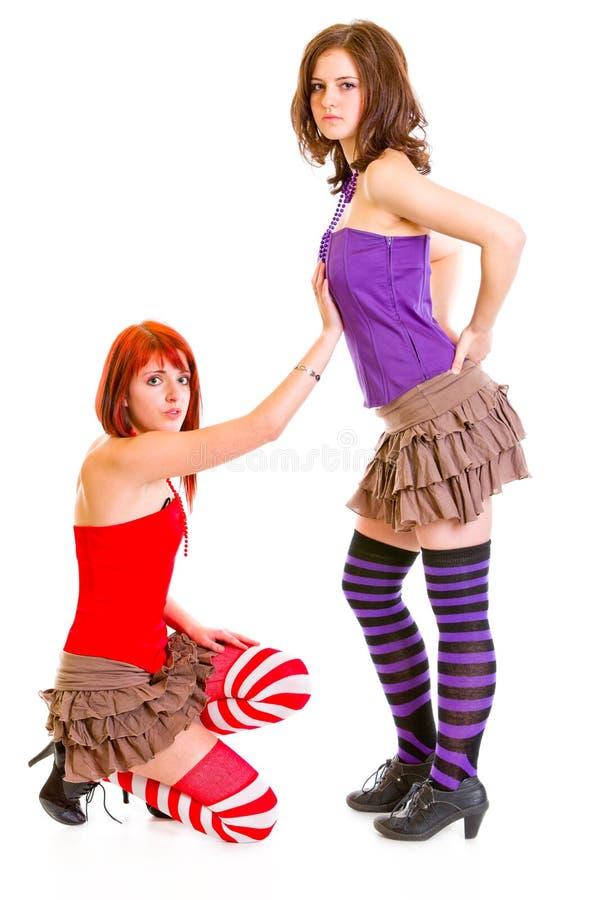 Leuk meisje op knieën die haar meisje beging royalty-vrije stock afbeeldingen