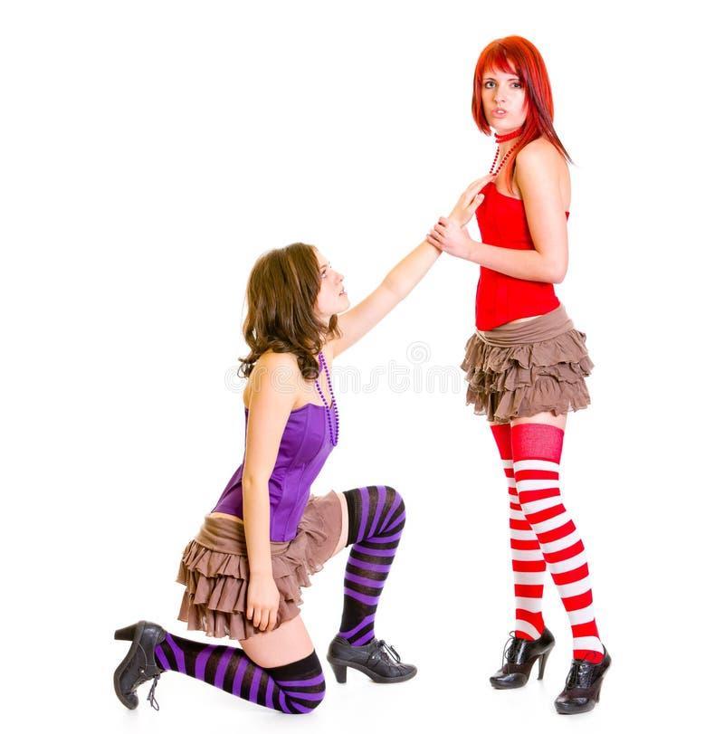Leuk meisje op knieën die haar meisje beging stock afbeelding