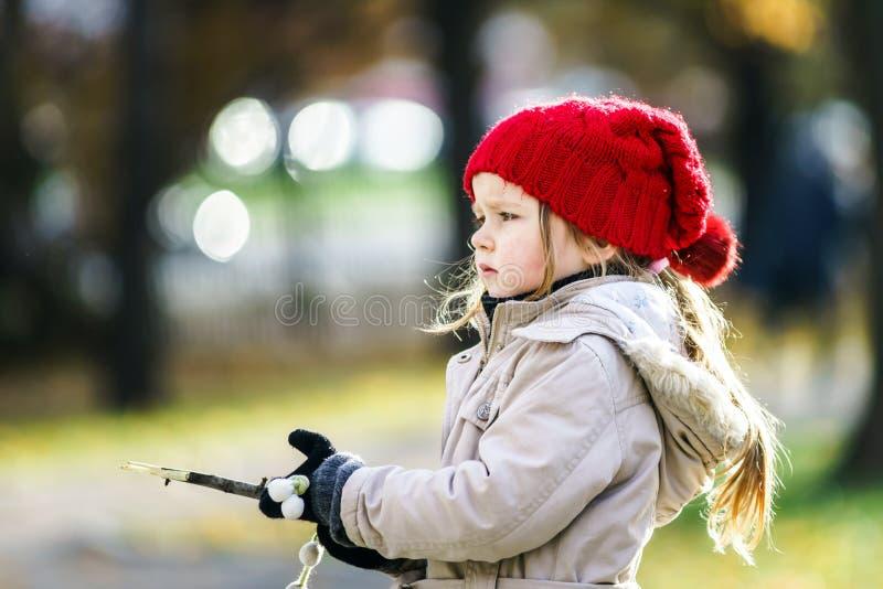 Leuk meisje op speelplaats in herfstpark stock afbeelding