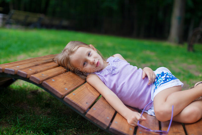 Leuk meisje in purpere Gelukkige Verjaardagsglazen stock fotografie