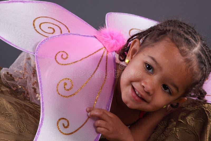 Leuk meisje in roze feevleugels royalty-vrije stock fotografie