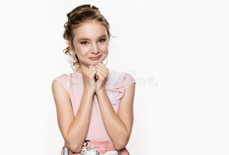 Leuk meisje in roze kleding op witte achtergrond De kinderen vormen, stijlconcept Vrije ruimte voor tekst stock foto