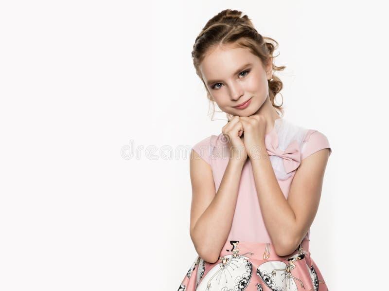 Leuk meisje in roze kleding op witte achtergrond De kinderen vormen, stijlconcept Vrije ruimte voor tekst royalty-vrije stock foto
