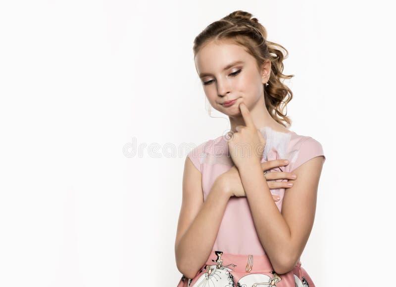 Leuk meisje in roze kleding op witte achtergrond De kinderen vormen, stijlconcept Vrije ruimte voor tekst royalty-vrije stock afbeeldingen