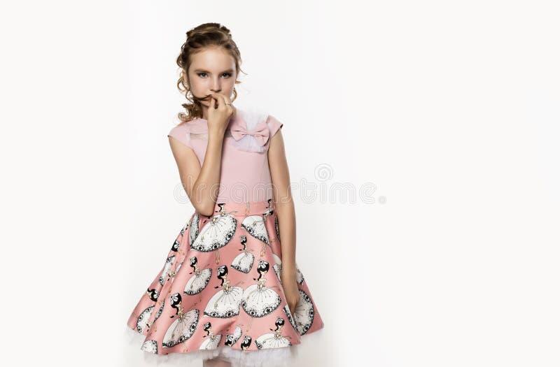 Leuk meisje in roze kleding op witte achtergrond De kinderen vormen, stijlconcept Vrije ruimte voor tekst royalty-vrije stock foto's