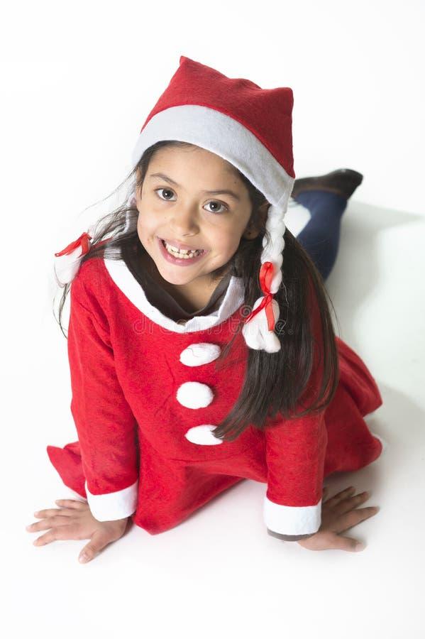 Leuk Meisje in Santa Claus-kostuum stellen gelukkig bij Kerstmis stock afbeeldingen