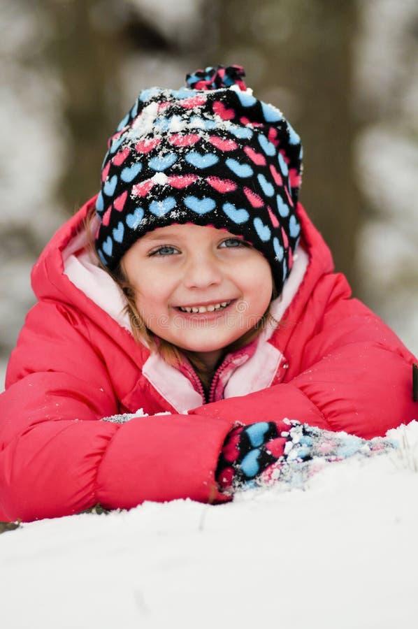 Leuk meisje in sneeuw royalty-vrije stock afbeeldingen