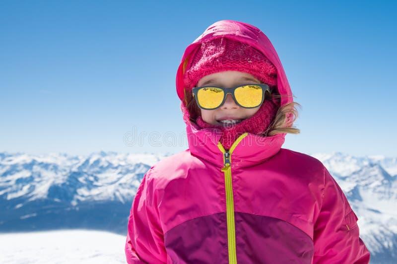 Leuk meisje in sneeuwberg stock afbeeldingen
